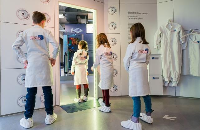 Im neuen Ausstellungsbereich zur Mikroelektronik dürfen Kinder einen Reinraum betreten. Foto: Sergei Magel/HNF