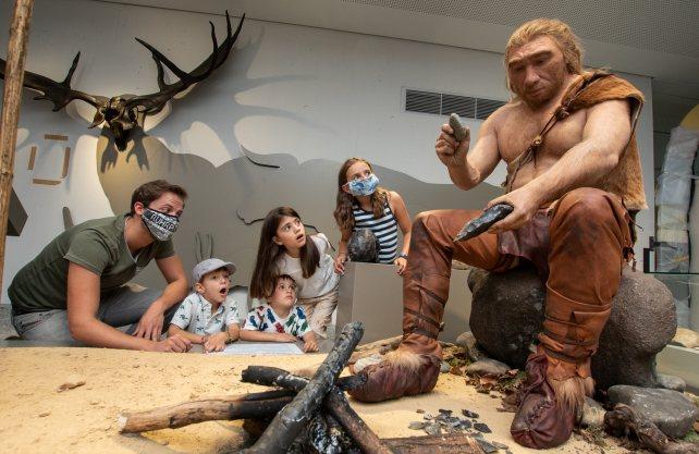 Kinder erkunden die neue Ausstellung in Naturkundemuseum. Foto: Roland Goretzki, Dortmund Agentur