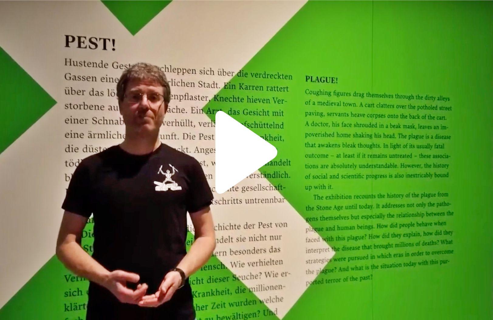 Kurator Dr. Stefan Leenen nimmt die Internetnutzer mit auf eine Online-Führung durch die Ausstellung. Hier sehen Sie eine gekürzte Fassung des ersten Teils der Ausstellungsführung.