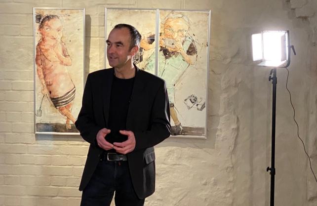 Peter Menne in der Ausstellung im Schloss Brake in Lemgo.