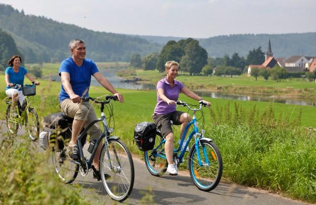 Radfahrer auf dem Weser-Radweg. Foto: Weserbergland Tourismus e.V