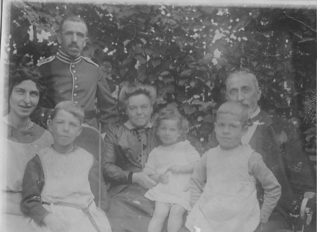 Rechtsanwalt Wilhelm Spiegel in Uniform im Garten seines Hauses in Kiel mit Frau, Schwiegereltern und Kindern, ca. 1916. Foto: Privat