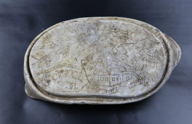 Die Essensschüsseln der Gefangenen waren zum Teil mit persönlichen Einritzungen versehen: Hier hat ein Gefangener eine Landschaft gezeichnet, vielleicht seine Heimat. Foto: LWL/N. Wolpert