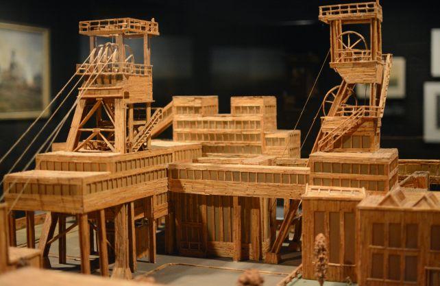Nachbildung einer Zeche aus rund 90.000 Streichhölzern. Zu sehen auf dem Kunstrundgang im Deutschen Bergbau-Museum in Bochum. Foto: Jürgen Bröker