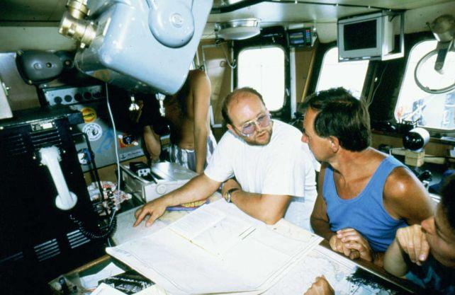 """Lagebesprechung während der Expedition zur """"Steuben"""": Ulrich Restemeyer (links) und Robert Ballard, der die Titanic entdeckt hatte. Foto: privat"""