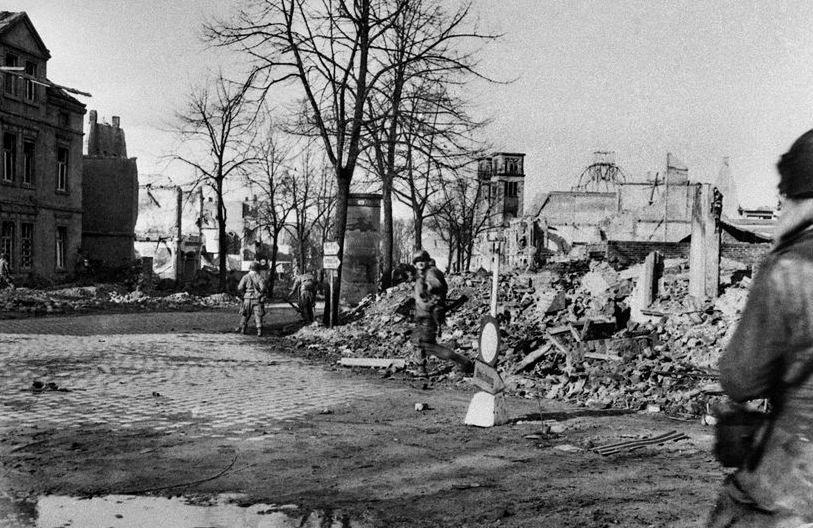 Amerikanische Soldaten im April 1945 unterwegs an der Kreuzung Geiststraße / Weseler Straße. Kriegsende 1945Foto: Stadt Münster / Sammlung Stadtmuseum.