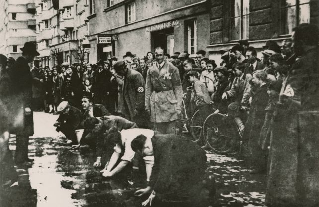 Jüdische Kaufleute werden 1938 in Wien gezwungen, Parolen der von Bundeskanzler Schuschnigg geplanten Volksabstimmung von der Straße zu waschen. Foto: Dokumentationsarchiv des österreichischen Widerstandes