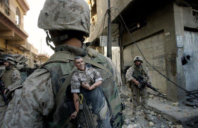 """Bis 30. Juni im Kollwitz-Museum in Köln zu sehen. Das Bild eines US-Marines mit Maskottchen """"GI Joe"""" in Falludscha, Irak, im November 2004. Foto: Anja Niedringhaus/AP"""