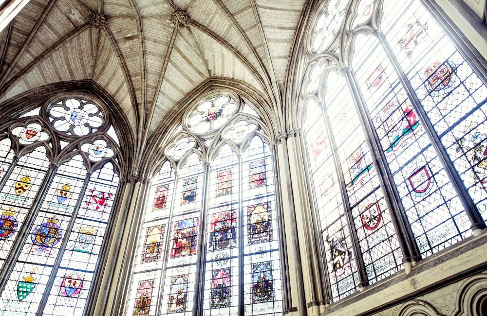 Glasfenster in einer Kirche. Foto: Pixabay
