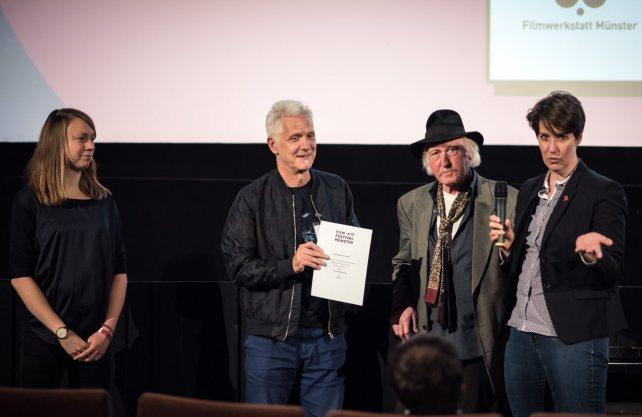 """Vera Kalkhoff von der Westfalen-Initiative überreichte 2017 den Preis der Sektion """"Westfalen Connection"""" an Rainer Bärensprung, Regisseur von """"Werner"""". Foto: Thomas Mohn"""