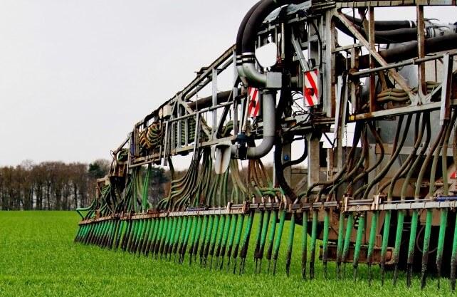 Mit solchen Maschinen wird die Gülle auf die Felder gebracht. Sie sollen Geruchsemissionen minimieren. Foto: Uschi Dreiucker / www.pixelio.de