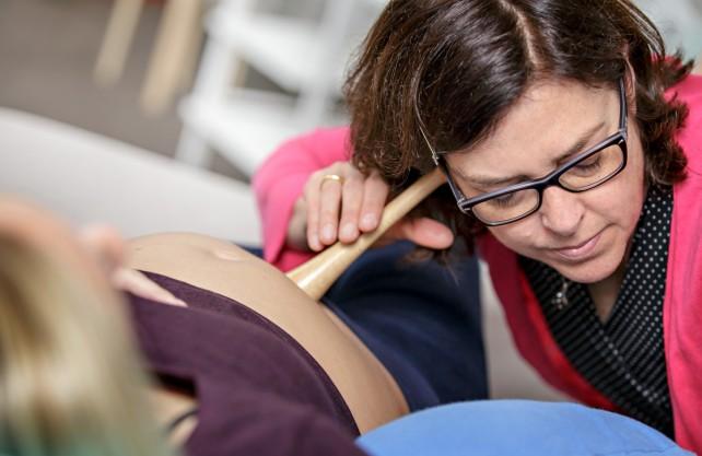 Dr. Nicola Bauer bei der Untersuchung einer Schwangeren. Foto: hsg/Volker Wiciok
