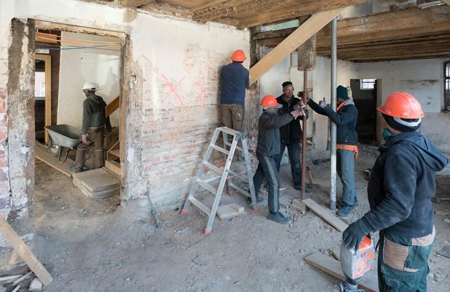 """Gemeinsam arbeiten: Geflüchtete und ehrenamtlich Engagierte im Nieheimer Projekt """"Heimatwerker"""". Foto: StadtBauKultur NRW/Sebastian Becker"""