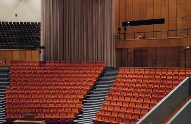 """Das Audimax der Ruhr-Universität Bochum - Spielstätte des Musiktheaters """"Nach den letzten Tagen. Ein Spätabend"""". Foto: Jörg Brüggemann. Ostkreuz. Ruhrtriennale"""